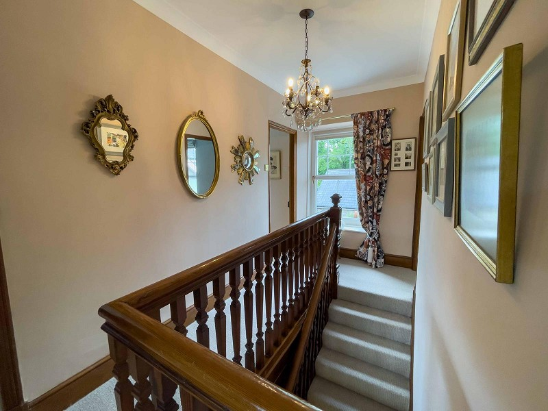 Central Spacious Galleried Landing